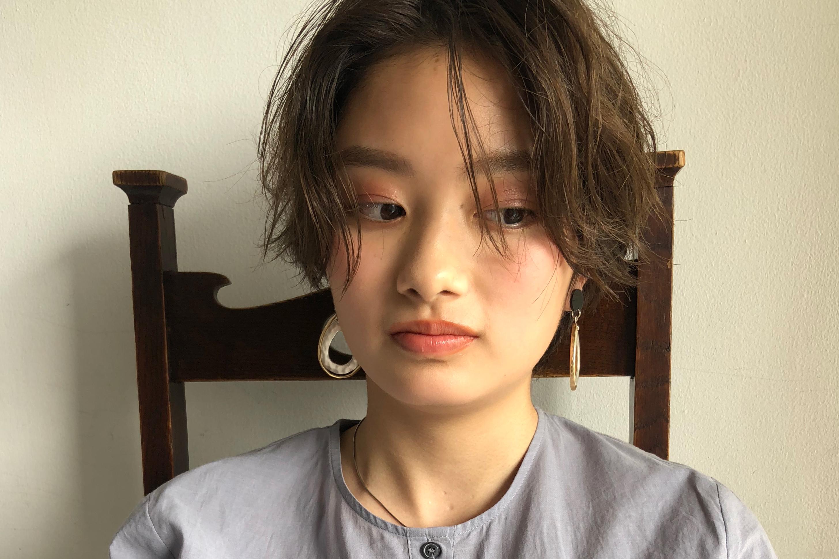 流行の髪型の『ハンサムショート』にパーマをかける